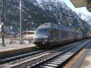 BLS 465 016 in DT vor einem Güterzug durchfahrend in Kandersteg